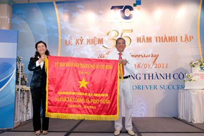 Ủy Ban Nhân Dân TPHCM trao cờ truyền thống ghi nhận những đóng góp của Công ty Thành Công trong suốt 35 năm hình thành và phát triển.