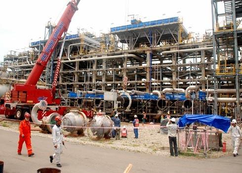 Các chuyên gia, nhà thầu tham gia bảo dưỡng các phân xưởng công nghệ nhà máy lọc dầu Dung Quất. Ảnh: Trí Tín