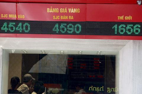 Người dân Hà Nội hôm nay lại tăng mua vào khi giá vàng gần như xuống thấp nhất trong tuần. Ảnh: Tuệ Minh.