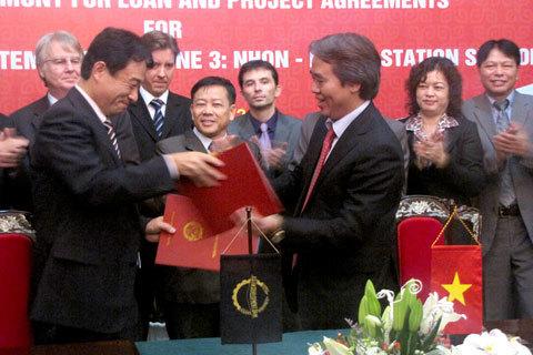 Thống đốc Nguyễn Văn Bình ký kết hiệp định tài trợ ODA từ Giám đốc ADB tại Việt Nam. Ảnh: Lan Anh.
