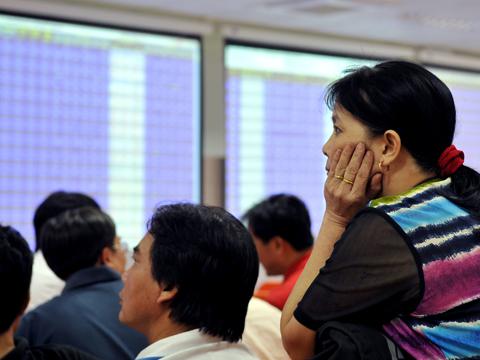 Nhà đầu tư chịu tác động mạnh từ sự sụt giảm của chứng khoán thế giới. Ảnh minh họa: Hoàng Hà