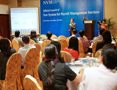 Đại diện NVM Group đang thuyết trình về dịch vụ quản trị tiền lương.