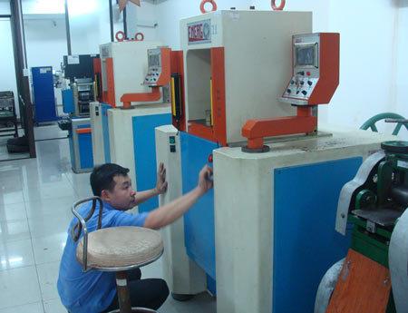 Xưởng sản xuất vàng miếng của SBJ phải ngưng hoạt động, nhưng buộc phải lau chùi bảo trì máy móc thường xuyên. Ảnh: Lệ Chi