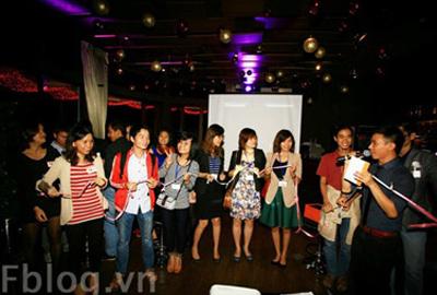 Các bloggers tham gia trò chơi kết nối trong buổi ra mắt sản phẩm Fblog.vn.