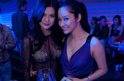 Mốt áo ren siêu mỏng theo style Hồ Ngọc Hà cũng được các hot girl Hà Thành lăng xê.