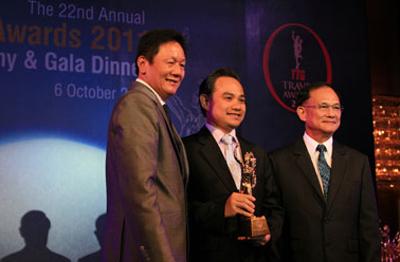 Phó Tổng Giám đốc  Ông Trần Đoàn Thế Duy nhận giải thưởng TTG Awards 2011 tại Thái Lan.