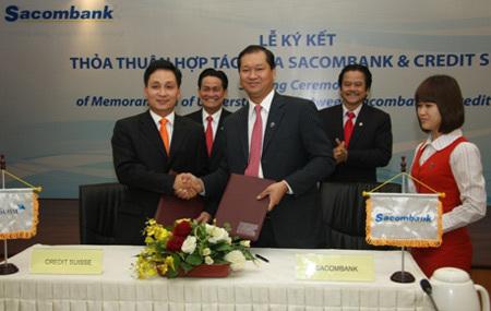 Ông Trần Xuân Huy  Tổng Giám đốc Sacombank (bên phải) và ông Lê Hoài Anh  Giám đốc Điều hành Khu vực Châu Á Thái Bình Dương Credit Suisse đại diện 2 bên ký kết thỏa thuận hợp tác.