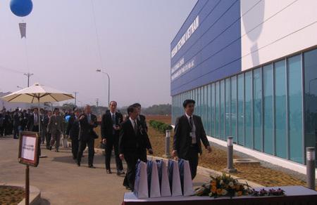 2. Các đại biểu Nhật Bản tham quan trung tâm Nghiên cứu kỹ thuật ô tô Hoà Lạc.