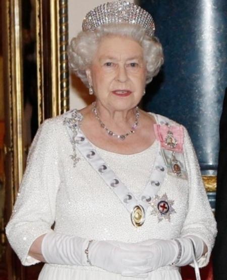 Sinh nhật 21 tuổi, nữ hoàng Elizabeth II được Chính phủ Nam Phi tặng một bộ gồm vòng cổ và lắc tay tại Cape Town.