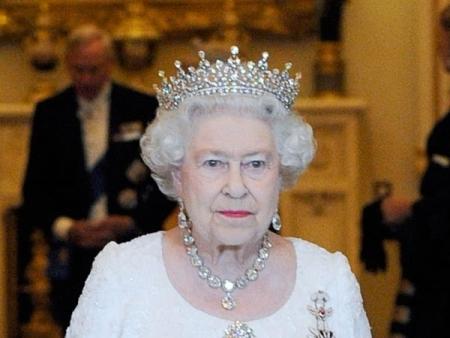 Chuỗi hạt đeo cổ Collet chế tác vào năm 1858, kết hợp từ 25 viên kim cương lớn chuẩn chất lượng cao và một mặt dây chuyền 22,48 carat cùng đôi bông tai đồng bộ. Nữ hoàng đã đeo bộ trang sức này dịp đăng quang ngai vàng năm 1953.