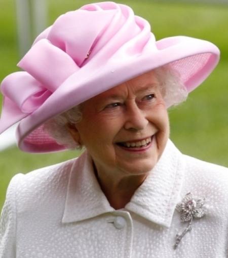 Một trong những món nữ trang đẹp nhất chính là chiếc trâm cài áo cấu tạo từ kim cương do hãng Cartier thiết kế. Viên kim cương hồng là món quà một nhà địa chất học người Canada tặng bà, ở dạng thô, nặng 23,6 carat, thuộc loại hiếm và tốt nhất.