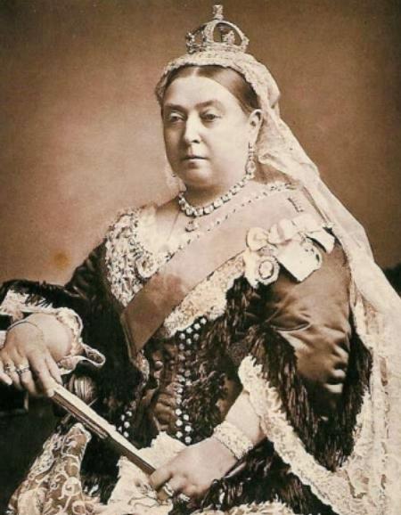 Bức tiểu họa vẽ nữ hoàng Victoria đội mũ miện cũng được trưng bày. Bức tranh cao khoảng 10cm và rộng 8,8cm, gắn 1.200 viên kim cương do đội ngũ thợ kim hoàn hoàng gia thực hiện.
