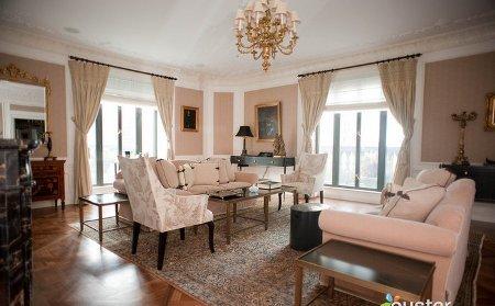 Phòng Tổng thống của khách sạn có diện tích rộng gần 320m2, bao gồm 3 phòng ngủ, một tiền sảnh lát đá cẩm thạch, một phòng bếp kèm bàn ăn lớn đủ cho 8 người. Nhân viên phục vụ túc trực 24/24, thậm chí căn phòng còn bố trí cả một thư viện. Tường phòng ăn và phòng khách gắn thêm tivi màn ảnh rộng nâng giá trị căn phòng lên 22.000 USD mỗi đêm.