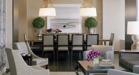 Diện tích căn phòng rộng gần 300m2, cửa sổ lớn cao từ sàn nhà tới trần nhìn thẳng ra khu vườn Yerba Buena, trên tường trang trí những bức vẽ nghệ thuật cùng dàn âm thanh hiện đại, những chiếc ghế dài bọc vải lụa cũng là điểm nhấn mang đến sự sang trọng trong phòng . Đặc biệt, nhà tạo mẫu lừng danh thế giới Vera Wang còn thiết kế riêng bộ bát đĩa, cốc chén bằng sứ dành tặng riêng khách sạn phục vụ bữa tối. Chi phí một đêm ở Presidential Suite là 10.000 USD.