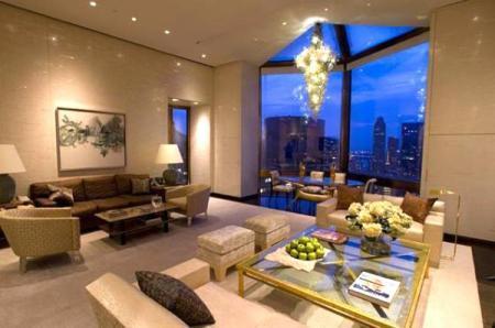 Một phòng Ty Warner Penthouse gồm 9 buồng con, diện tích 340m2, nằm trên tầng thứ 52 của khách sạn Four Seasons, New York. Đây được xem là căn phòng 5 sao đắt nhất hành tinh với chi phí lên tới 35.000 USD (tương đương 728 triệu đồng) mỗi đêm. Toàn bộ tường bao trong buồng khảm ngọc trai già, bên trên giường ngủ phủ những tấm lụa Thái kiểu mái vòm đính các hạt vàng 22 carat. Bên ngoài cửa sổ, toàn cảnh thành phố Manhattan sẽ hiện lên tráng lệ. Đặc biệt, ngay khi đặt phòng, khách hàng được xế hộp hạng sang như Rolls Royce hay Mercedes Maybach đưa đón, một người phục vụ 24/24, dịch vụ spa miễn phí và bữa tối tại nhà hàng LAtelier de Joel Robuchon bên trong khách sạn. Ảnh: Snegidhi.com.