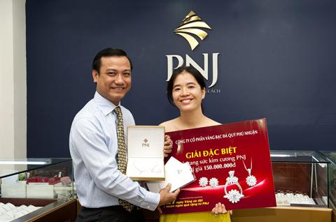 Ông Lê Vĩnh Thái- Giám đốc Marketing PNJ trao giải thưởng đặc biệt cho khách hàng.