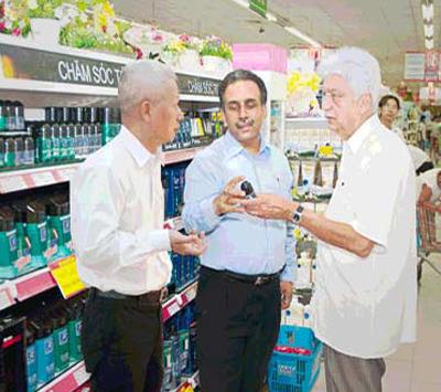 Ông Azim Premji - Chủ tịch tập đoàn Wipro, Ông Nagender Arya - Chủ tịch vùng châu Á và châu Phi Wipro Unza, Ông Phạm Hải Văn - Tổng giám đốc Wipro Unza Việt Nam thăm hệ thống siêu thị tại TPHCM.