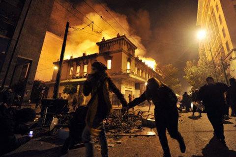 Bạo loạn tại Hy Lạp khi chính phủ thông qua chính sách cắt giảm chi tiêu mới. Ảnh: AFP