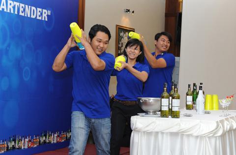 Nguyễn Văn Thành (bìa phải) cùng các bạn biểu diễn tại Lễ tốt nghiệp khoá học Khởi nghiệp Bartender.
