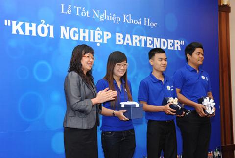 Bà Nguyễn Thị Hoàng Anh, Tổng Giám đốc Cty Pernod Ricard Vietnam tặng thưởng cho 03 học viên xuất sắc nhất khoá học.