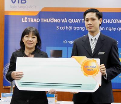 Đại diện VIB trao thưởng cho khách hàng Hoàng Mỹ Linh trúng thưởng máy điều hòa 2 chiều Daikin.