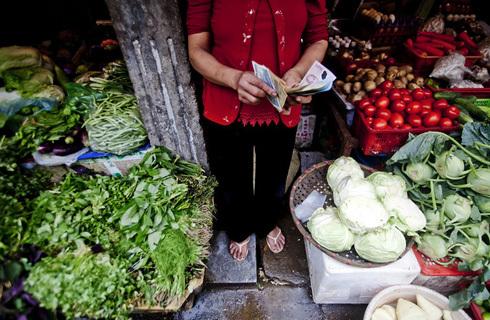 Các mặt hàng ăn uống tác động lớn vào đà hạ nhiệt của lạm phát. Ảnh: Bloomberg