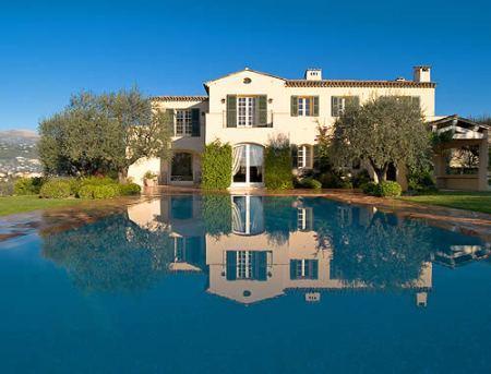 Biệt thự tuyệt đẹp nằm bên bờ biển Palm Beach do tỷ phú nổi tiếng thế giới Donald Trump làm chủ, rộng 24.384m2 với 15 phòng ngủ, 8 phòng tắm, một sân thi đấu tennis chuẩn, sàn nhảy, bể bơi&