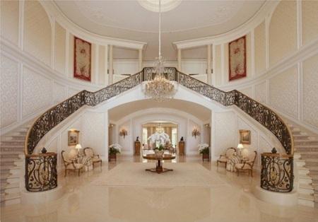 Với diện tích rộng 17.069m2, khu nhà có tới 123 phòng ngủ, một sân tennis, một sân trượt băng, một phòng chơi bowling và một vài bể bơi. Aaron Spellings Manor được xây dựng vào năm 1991 tại Mỹ và có giá 150 triệu USD.