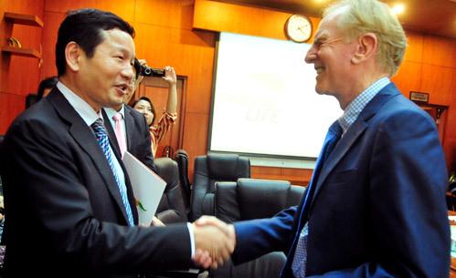 Trao đổi với Chủ tịch FPT - Trương Gia Bình, cựu CEO Apple cho rằng Việt Nam có cơ hội lớn trong phát triển công nghệ. Ảnh: Hoàng Hà