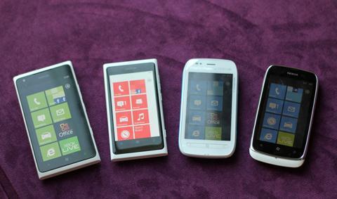 Bốn anh em điện thoại chạy Windows Phone của Nokia.