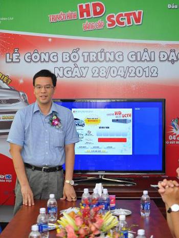 Ông Phan Quang Tuấn, Phó Tổng Giám Đốc Kỹ thuật SCTV giải đáp thắc mắc của khách hàng.