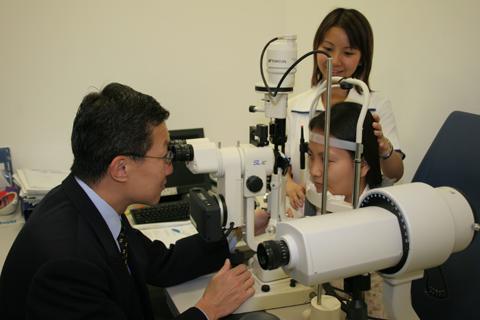 Bác sĩ Doric Wong đang khám mắt cho bệnh nhân FV.