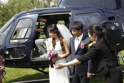 Cặp đôi này đã bỏ ra 165 triệu đồng để thuê trực thăng trong đám cưới. Ảnh: Want China Times.
