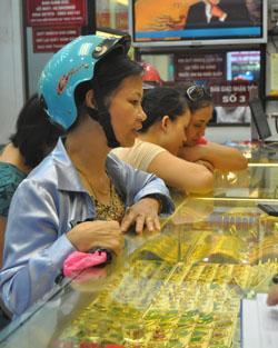 Vàng trong nước hiện đắt hơn thế giới 1,6 triệu đồng mỗi lượng. Ảnh: TB