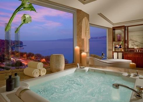 Hầu như các buồng ở đây đều có cửa sổ nhìn ra hồ Geveva và dãy núi Alps, thậm chí cả phòng tắm.