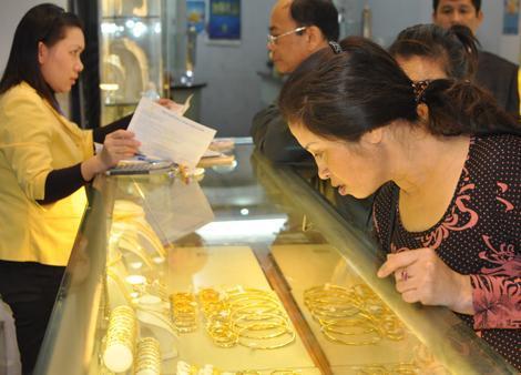 Vàng trong nước đang đắt hơn tới 2 triệu đồng so với thế giới. Ảnh: TB
