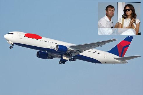 Abramovich sở hữu một chiếc Boeing 767 có thể chở tới 375 người. Đây được coi là chiếc phi cơ cá nhân sang trọng nhất nước Nga. Ngoài ra, ông Abramovich cũng có ba chiếc máy bay khác của hãng Lear.