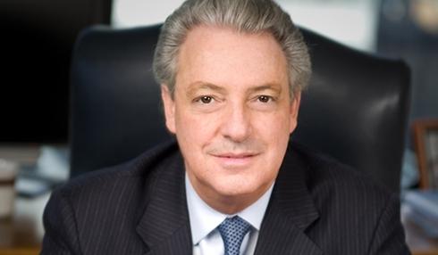 Năm 2010, thu nhập Michael nhận tăng lên tới 12.983.942 USD. Thậm chí, ông đã phải bán 3,8 triệu cổ phiếu chỉ với mục tiêu lấy tiền trả thuế thu nhập.