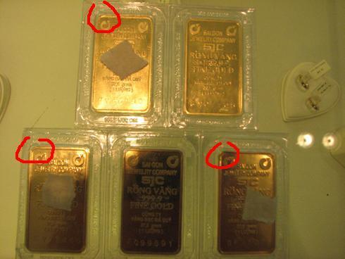 Trong số 5 miếng vàng anh Hải đem tới DOJI bán, 3 miếng bị nhân viên cho là không đạt tiêu chuẩn.