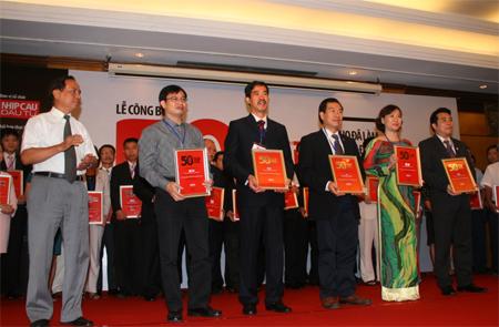 Tập đoàn Vingroup, bà Hoàng Bạch Dương  Phó Tổng Giám Đốc - người thứ 2 của hàng trên cùng, tính từ bìa phải) lên nhận giải 50 doanh nghiệp kinh doanh hiệu quả nhất Việt Nam.
