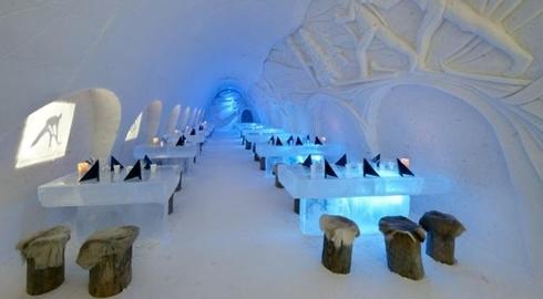 Bên trong nhà hàng Snow Castle với màu tuyết trắng xóa. Ảnh: Luxury Launches.