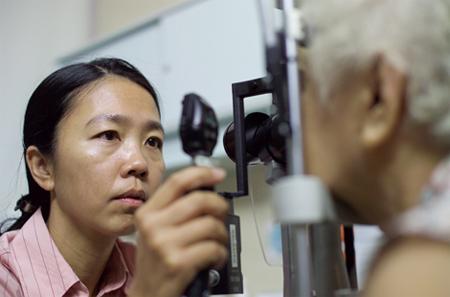 Giáo sư  bác sĩ Chee Soon Phaik đang khám mắt cho bệnh nhân.