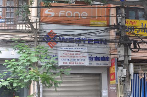 Cửa hàng S-Fone tại số 201 Kim Ngưu nay cũng dừng việc kinh doanh và đang rao cho thuê mặt bằng.