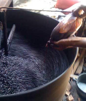 Cho hóa chất vào để tạo ra cà phê. Ảnh: C.Q