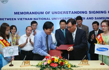 Ông Cho Seok Hee - Tổng Giám Đốc Cty TNHH Điện Tử Samsung Vina và PGS.TS Phùng Xuân Nhạ - Phó Giám đốc thường trực ĐHQGHN trao đổi biên bản thỏa thuận đánh dấu sự phát triển hợp tác lâu dài.