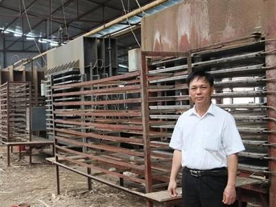 Chủ doanh nghiệp sản xuất gỗ ép Thạch Thọ Ly sau khi doanh nghiệp phải ngừng hoạt động. Ảnh: TPO