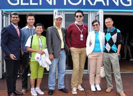 Đoàn Việt Nam từ trái sang: Golfer Mark Khan, Golfer Trần Lê Duy Nhất, Golfer Lê Oanh Oanh, Golfer Thành Hùng Sinh, ông Benny Ng, đại diện cho nhà tài trợ, Golfer Nguyễn Khánh Hoa, Golfer Nguyễn Việt Long.