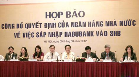 Chủ tịch Habubank Nguyễn Văn Bảng và Tổng giám đốc Bùi Thị Mai (ngồi ngoài cùng bên phải) tại buổi công bố sáp nhập vào SHB.