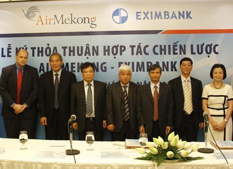 Bầu Kiên đứng ở vị trí trung tâm, bên cạnh là tổng giám đốc Eximbank và Chủ tịch Air Mekong. Ảnh: P.V.