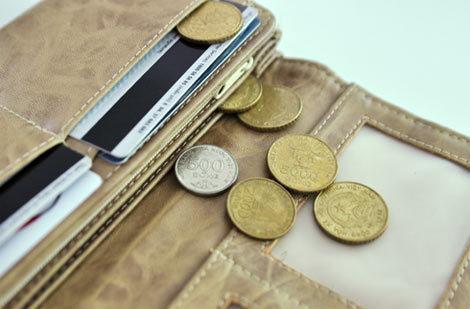 Tiền xu đang làm những chức năng vốn không dành cho mình như cạo gió, đồ chơi, chặn giấy,... Ảnh: Anh Quân